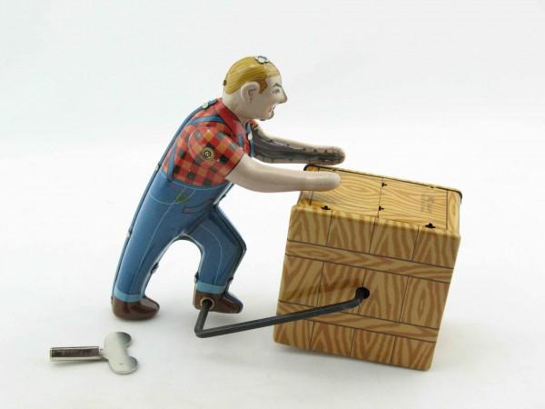 Blechspielzeug - Mann rollt Kiste, Lagerarbeiter